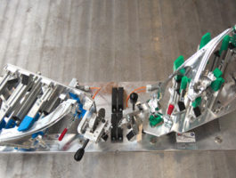 Pracoviště pro montáž světlometů včetně přípravků